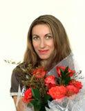 有玫瑰花束的愉快的妇女  免版税库存照片