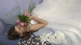 有玫瑰花束的美丽的女孩  股票视频