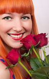 有玫瑰花束的美丽的妇女 免版税图库摄影