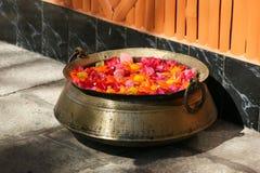 有玫瑰花瓣的古铜色碗 免版税图库摄影