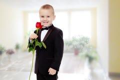 有玫瑰花的小男孩 图库摄影