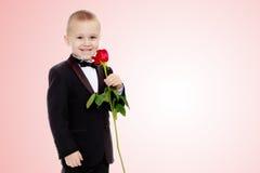 有玫瑰花的小男孩 库存照片