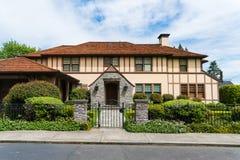 有环境美化和铁篱芭的高级房子 图库摄影