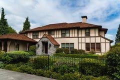 有环境美化和铁篱芭的高级房子 免版税图库摄影