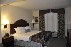 有现代内部的旅馆客房 免版税库存照片