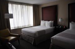有现代内部的旅馆客房 库存照片
