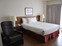 有现代内部的旅馆客房 免版税库存图片