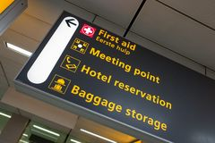 有现代到来和离开的国际机场斯希普霍尔签到英语 免版税库存照片