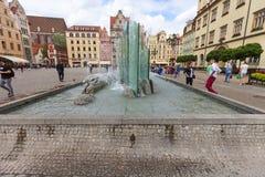 有现代喷泉的,弗罗茨瓦夫,波兰集市广场 免版税库存照片