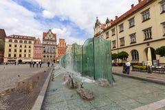 有现代喷泉的,弗罗茨瓦夫,波兰集市广场 库存照片