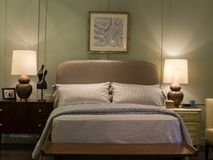 有现代床的卧室 免版税库存图片