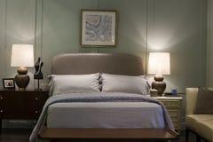 有现代床的卧室 库存照片