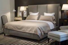 有现代床的卧室 免版税库存照片