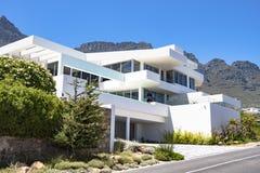 有现代建筑学的豪华家在Kalk海湾,南非 免版税图库摄影