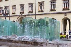有现代玻璃喷泉的,弗罗茨瓦夫,波兰集市广场 库存图片