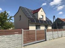 有现代篱芭的私有房子和门和太阳电池板 免版税库存照片
