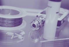 有现代vaping的设备备件的Vape商店 免版税库存照片