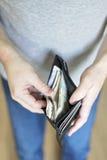 有现金的人在钱包里面 库存图片