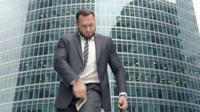 有现金高兴在他的成功的一团的商人 股票录像