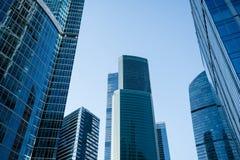 有现代企业摩天大楼的,高层当代办公楼,上升对天空的建筑学莫斯科市, 库存照片