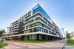 有现代办公楼的胡同在布达佩斯 免版税库存图片