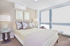 有现代单人床的豪华内部卧室包括床垫 免版税库存图片