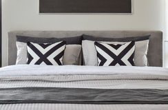 有现代卧具的图表patern枕头 图库摄影