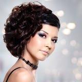 有现代发型的年轻美丽的妇女 免版税库存照片