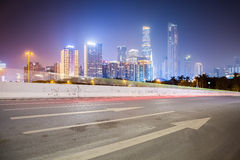 有现代大厦的城市道路 免版税图库摄影