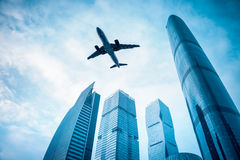 有现代大厦的飞机 免版税库存照片