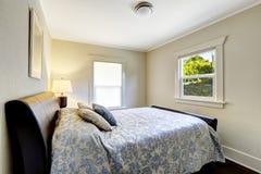 有现代黑床的小卧室 免版税图库摄影