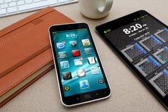 有现代手机的工作场所 免版税库存图片