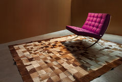 有现代扶手椅子的室 免版税图库摄影