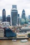 有现代摩天大楼的伦敦市全景 嫩黄瓜,携带无线电话,塔42, Lloyds银行 企业和银行业务唱腔 免版税库存图片