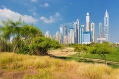 有现代摩天大楼的迪拜小游艇船坞和自然和公园,迪拜,阿联酋 免版税库存图片