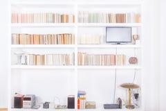 有现代木书架的白色客厅 免版税库存照片
