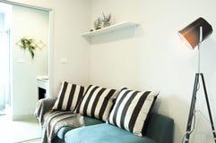 有现代沙发的现代客厅有金属灯的在家 库存图片