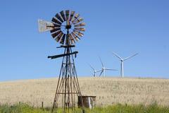 老和新的风车。 库存图片