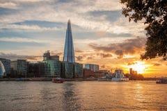 有现代建筑学的伦敦反对五颜六色的日落在伦敦,英国,英国 库存照片