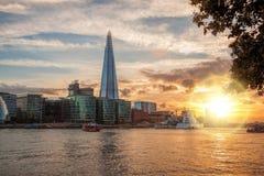 有现代建筑学的伦敦反对五颜六色的日落在伦敦,英国,英国 库存图片