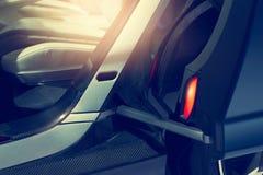 有现代自动门被打开的和灯照明设备的汽车 库存照片