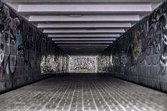 有现代街道画的都市地下隧道 免版税库存照片