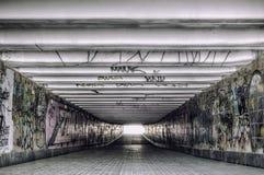 有现代街道画的都市地下隧道 免版税库存图片