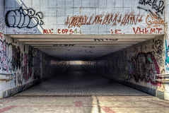 有现代街道画的都市地下隧道 免版税图库摄影