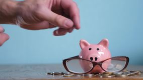 有玻璃会计金融家概念的存钱罐 金钱堆堆步增长的金钱和存钱罐 概念 影视素材