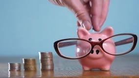有玻璃会计金融家概念的存钱罐 金钱堆堆步增长的金钱和存钱罐 概念 股票视频