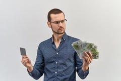 有玻璃和偶然衬衣的w成功的深色头发的年轻人 免版税库存照片