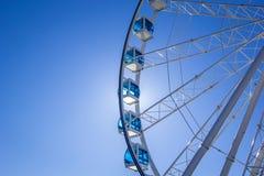 有玻璃浅兰的客舱的白色弗累斯大转轮反对蓝天,赫尔辛基,芬兰 文本的,复制的空间地方 免版税库存照片