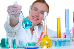 有玻璃烧瓶的化工实验室科学家妇女 免版税库存图片