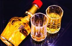 有玻璃的姜根中国健康酒瓶 图库摄影